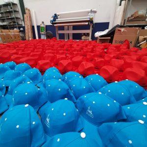 Gorras azul y rojo